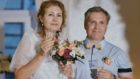 Mooie volwassen bruid en bruidegom stock footage