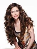 Mooie volwassen vrouw met lang bruin krullend haar. stock foto's
