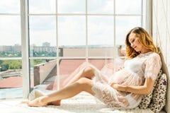Mooie volwassen zwangere vrouw Het wachten op de baby Zwangerschap Zorg, tederheid, moederschap, bevalling royalty-vrije stock foto's