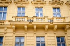 Mooie voorgevel van het oude gele huis Fragment, details Praag, Tsjechische Republiek royalty-vrije stock foto's