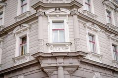 Mooie voorgevel van het oude grijze huis Fragment, details Praag, Tsjechische Republiek royalty-vrije stock foto's