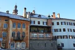 Mooie voorgevels van middeleeuwse gebouwen, Bruneck, Italië royalty-vrije stock foto