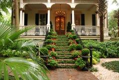 Mooie voortreden en werf van historisch huis stock afbeeldingen