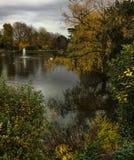 Mooie vreedzame vroege de herfstscène van vijver en bomen bij Bletchley-Park royalty-vrije stock foto's