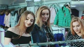Mooie vrienden die over het winkelen verkoop worden opgewekt stock videobeelden
