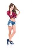 Mooie vrij jonge vrouw die en zich op mobiele telefoon bevinden spreken Royalty-vrije Stock Foto's