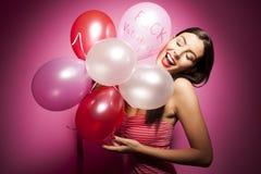 Mooie vrolijke vrouw met de ballon van de valentijnskaartendag Stock Afbeeldingen