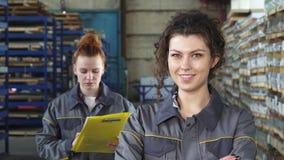 Mooie vrolijke vrouwelijke fabrieksarbeider die aan de camera glimlachen royalty-vrije stock afbeelding