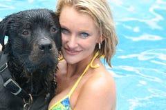 Mooie vrouw & rottweiler Stock Foto's