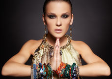 Mooie vrouw in armbanden Royalty-vrije Stock Foto's