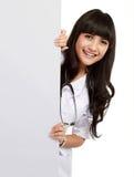 Mooie vrouw arts met een lege raad Stock Afbeeldingen