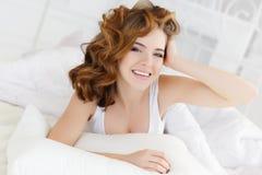 Mooie vrouw in bed in de ochtend Royalty-vrije Stock Fotografie