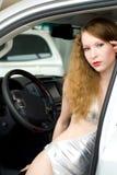 Mooie vrouw bij de auto Royalty-vrije Stock Foto's