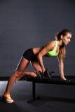 Mooie vrouw bij de gymnastiek Royalty-vrije Stock Fotografie