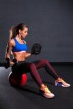Mooie vrouw bij de gymnastiek Stock Afbeelding