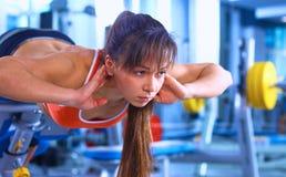 Mooie vrouw bij de gymnastiek die met haar trainer uitoefenen Royalty-vrije Stock Fotografie