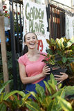 Mooie Vrouw bij de Winkel van de Tuin Royalty-vrije Stock Afbeelding