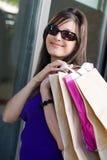 Mooie vrouw bij een winkelcentrum stock foto