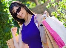 Mooie vrouw bij een winkelcentrum stock afbeeldingen