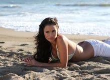 Mooie vrouw bij het strand royalty-vrije stock afbeeldingen