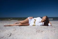 Mooie Vrouw bij kust Royalty-vrije Stock Afbeeldingen
