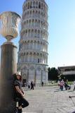 Mooie Vrouw bij Leunende Toren van Pisa Stock Afbeeldingen