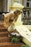 Mooie vrouw bij portiek Royalty-vrije Stock Foto
