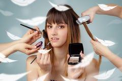 Mooie vrouw bij salon met etherisch concept stock foto