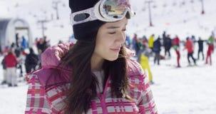 Mooie vrouw bij skitoevlucht stock footage