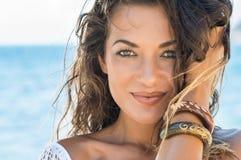 Mooie vrouw bij strand stock afbeelding