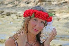 Mooie vrouw bij strand Stock Foto's