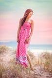 Mooie vrouw bij strand stock afbeeldingen