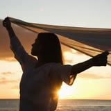 Mooie vrouw bij zonsondergang. royalty-vrije stock foto