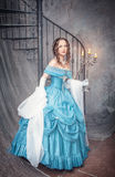 Mooie vrouw in blauwe middeleeuwse kleding met kandelaber Royalty-vrije Stock Afbeeldingen