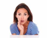Mooie vrouw in blauwe t-shirt die een geheim fluisteren royalty-vrije stock fotografie
