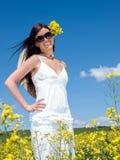 Mooie vrouw in bloeiende verkrachting royalty-vrije stock afbeelding