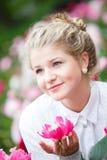 Mooie vrouw in bloemtuin Royalty-vrije Stock Foto's