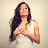 Mooie vrouw in borst en hart twee van de liefdeholding zelf hand Royalty-vrije Stock Fotografie