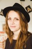 Mooie vrouw in bruine hoed Stock Afbeelding