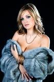 Mooie Vrouw in de Bontjas van de Luxe. stock foto's