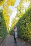 Mooie vrouw in de de zomertuin Royalty-vrije Stock Afbeeldingen