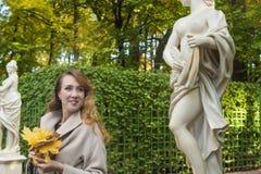 Mooie vrouw in de de zomertuin Royalty-vrije Stock Afbeelding
