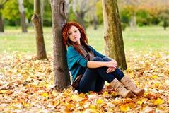 Mooie vrouw in de herfstbos stock afbeeldingen