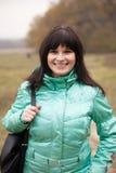 Mooie vrouw in de herfstpark Stock Afbeelding