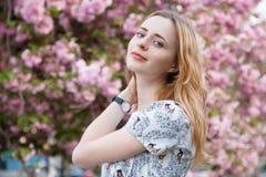 Mooie vrouw in de lentebloesem royalty-vrije stock foto