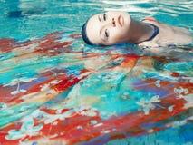 Mooie vrouw in de pool Stock Afbeeldingen
