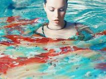 Mooie vrouw in de pool Stock Afbeelding