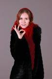 Mooie vrouw in de rode sjaal Stock Fotografie