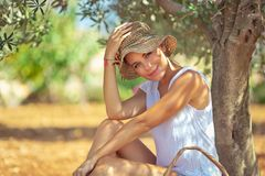 Mooie vrouw in de tuin royalty-vrije stock foto