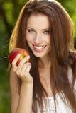Mooie vrouw in de tuin met appelen royalty-vrije stock foto